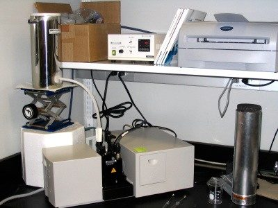 The diode-array UV-Vis spectrometer, equipped with a cryostat
