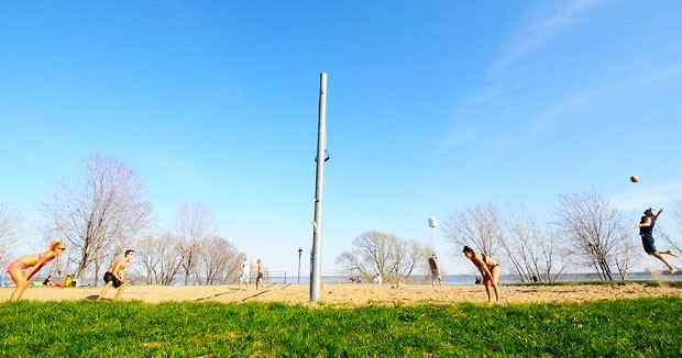 Summer volleyball in Verdun | Photo by Albertoff (Flickr CC)