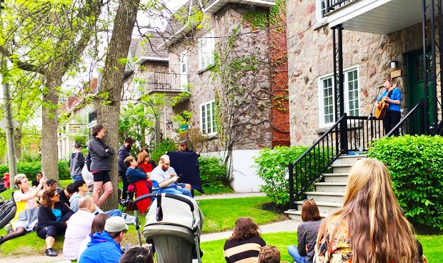 Nancy Wallace at Porchfest in NDG | Photo by Sarah (Flickr CC)